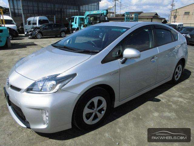 used toyota prius 1 8 s 2013 car for sale in islamabad 871966 pakwheels. Black Bedroom Furniture Sets. Home Design Ideas